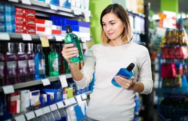 Como as substâncias do enxaguante bucal agem para evitar problemas?